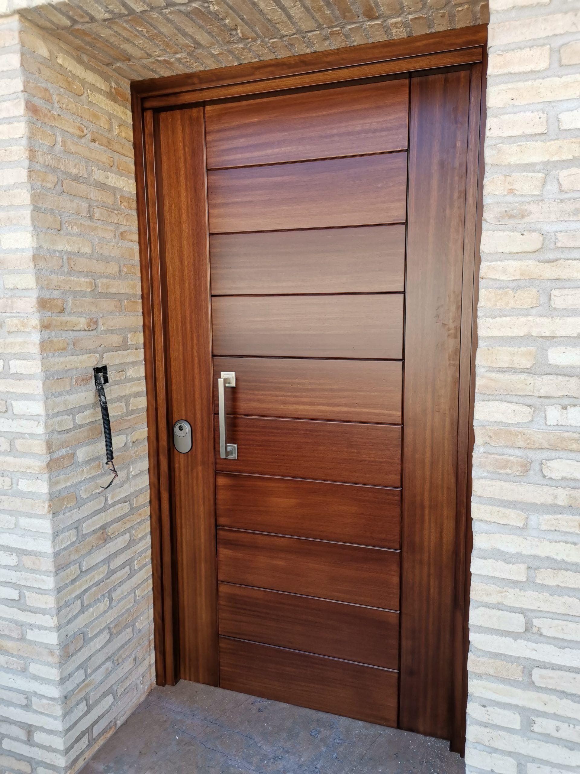 Artybel-puerta-entrada-iroko-lacado-blanco.