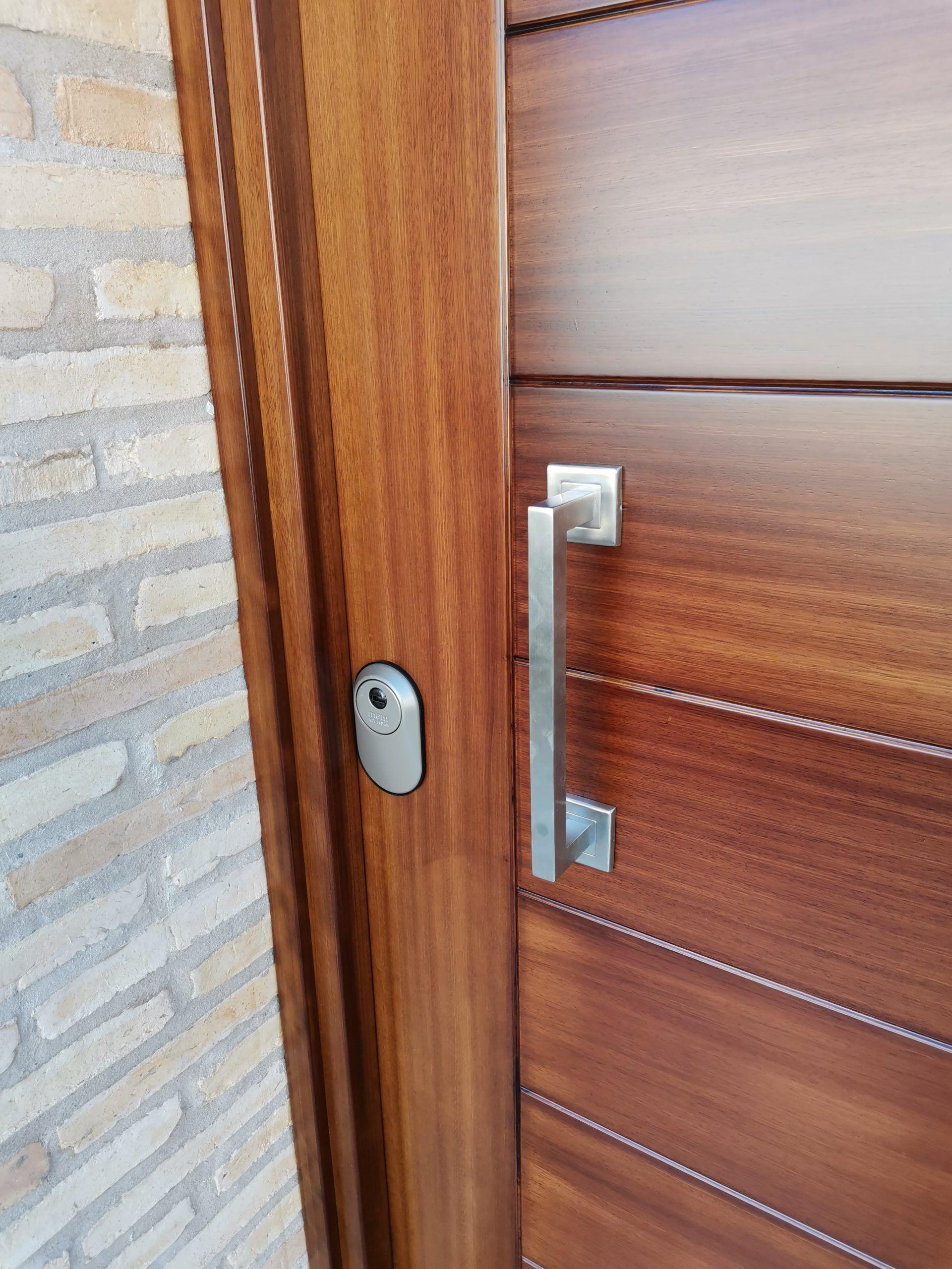 Artybel-puerta-entrada-iroko-lacado-blanco..