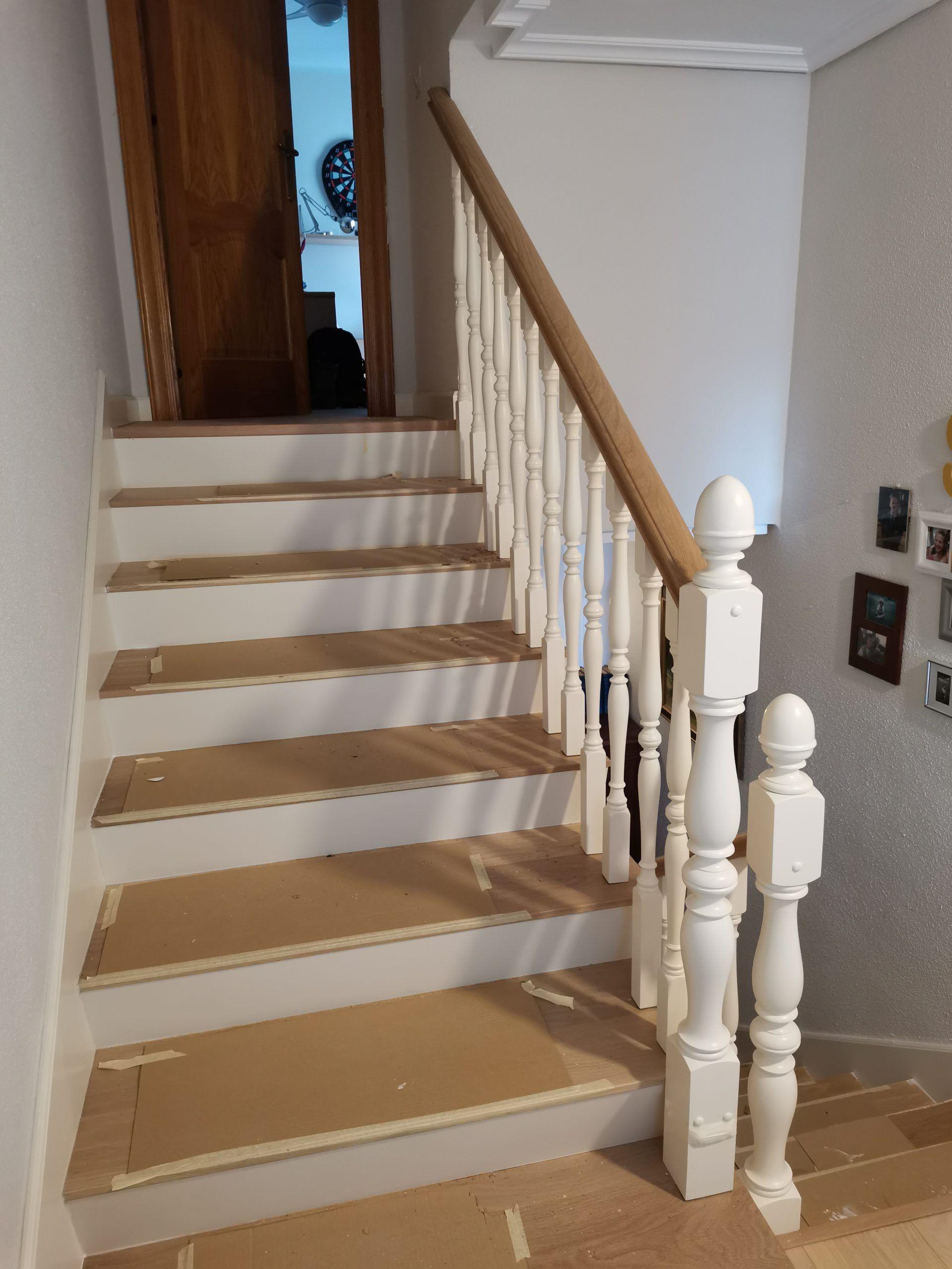 Artybel-forrado-escalera-de-obra-con-pisas-macizas-roble-18-mm-barniz-natural-y-contrapisas-panel-mdf-lacado-blanco.