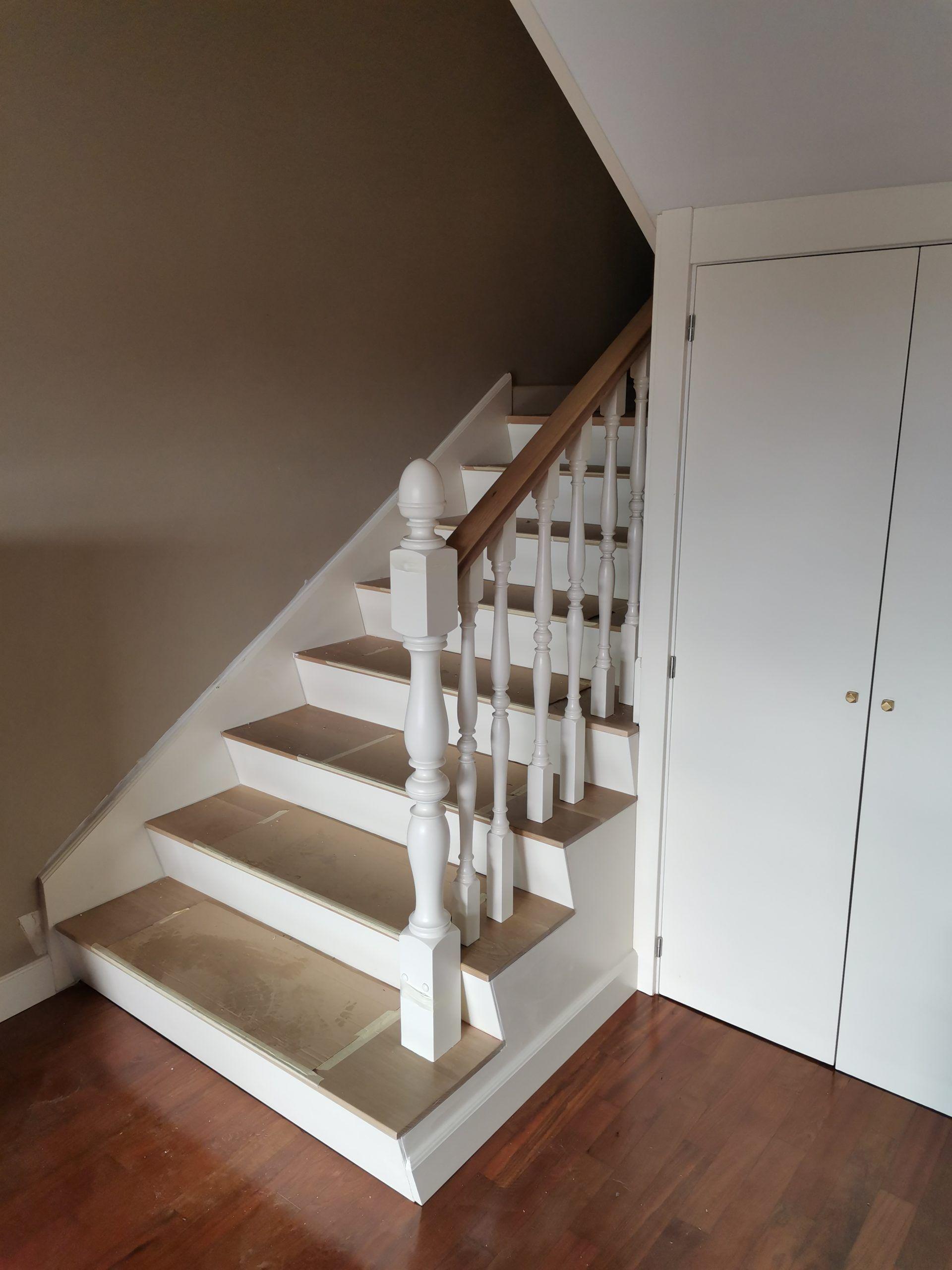Artybel-forrado-escalera-de-obra-rodapie-moldurado-corrido-lateral-externo-panel-lacado-blanco-y-barandilla-torneada-lacado-blanco-con-pasamanos-roble-barniz-natural.